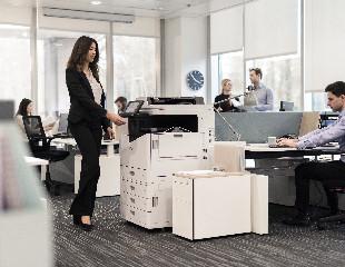 Ufficio Elegante Jobs : Gli imprenditori eleganti sale riunioni in ufficio per discutere